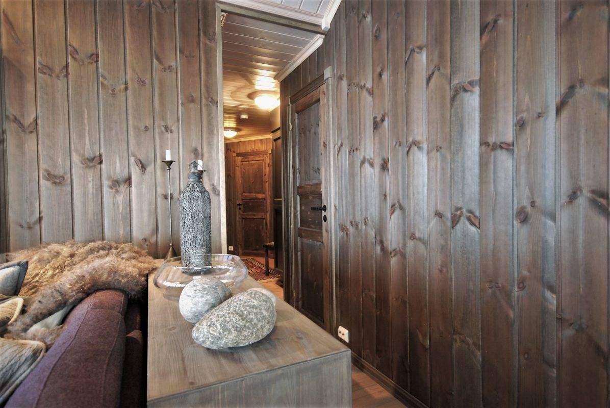 102 Hyttemodell Hytte Stryn 92 Veggli mot soveromsavdelingen med dør inn til kott under trapp