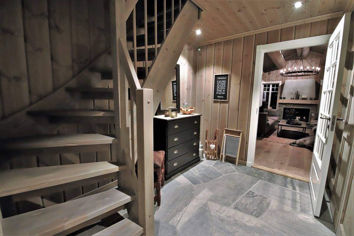 110 Hyttemodell Trysil 110B- Entrén med trapp til hems