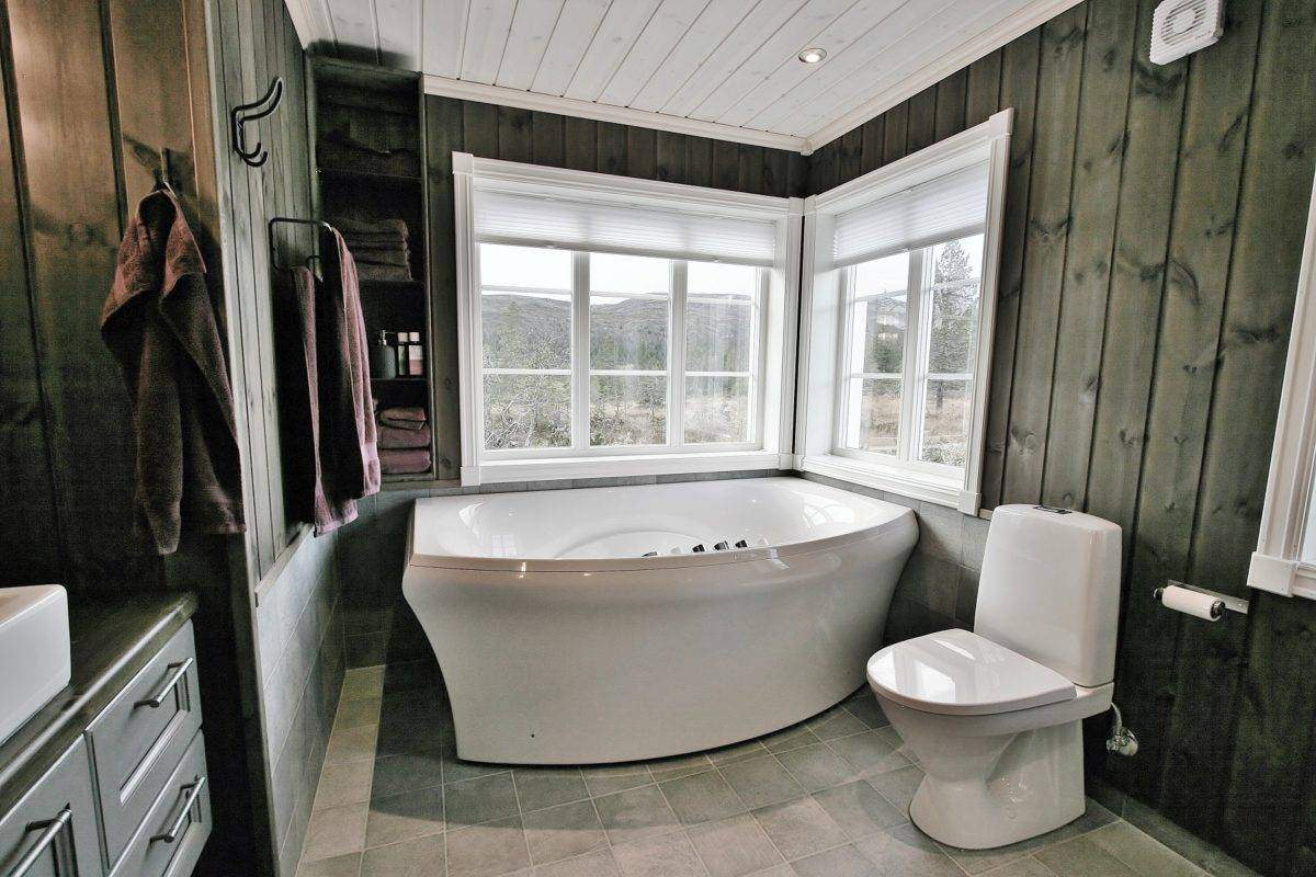 114 Hyttemodell Hytte Stryn 92 Veggli Hovedbadets badekar ved god utsikt