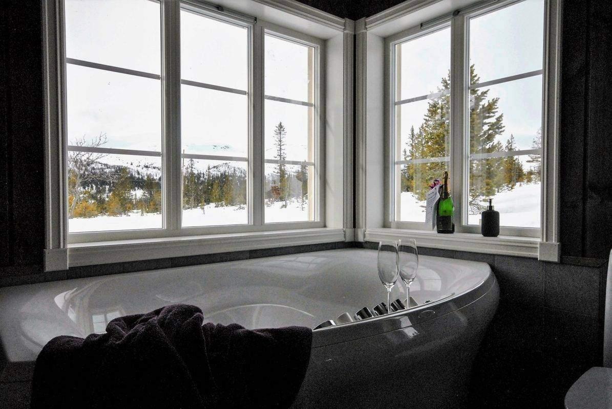 116 Hyttemodell Hytte Stryn 92 Veggli. Utsikt og kveldshimmel rundt badekaret.