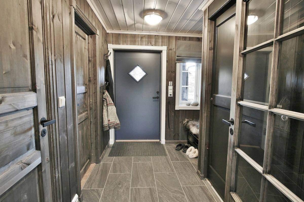 140 Hyttemodell Hytte Stryn 92 Veggli. Entrén mot inngangsdør. Dører til bad-vaskerom og hems til venstre