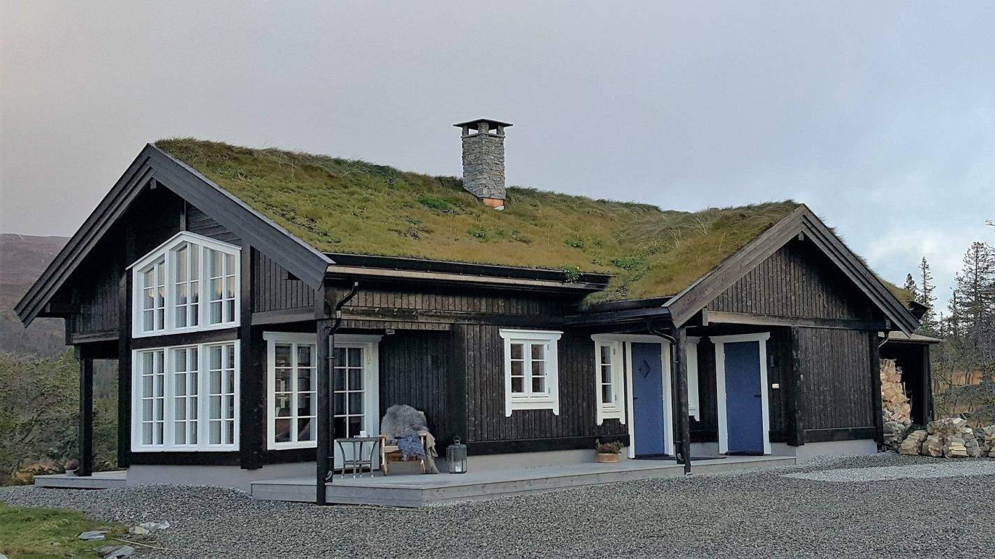 202 Hyttemodell Hytte Stryn 92 Veggli. Inngangsiden med overbygd inngangsparti og terrasse 1 utfra spisestua