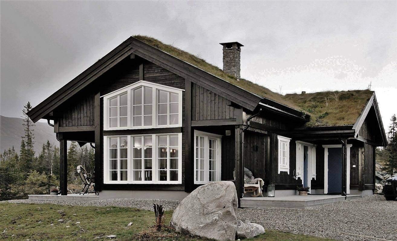 230 Hyttemodell Hytte Stryn 92 Veggli. Inngangsiden og mønehøye vinduer i spisestua