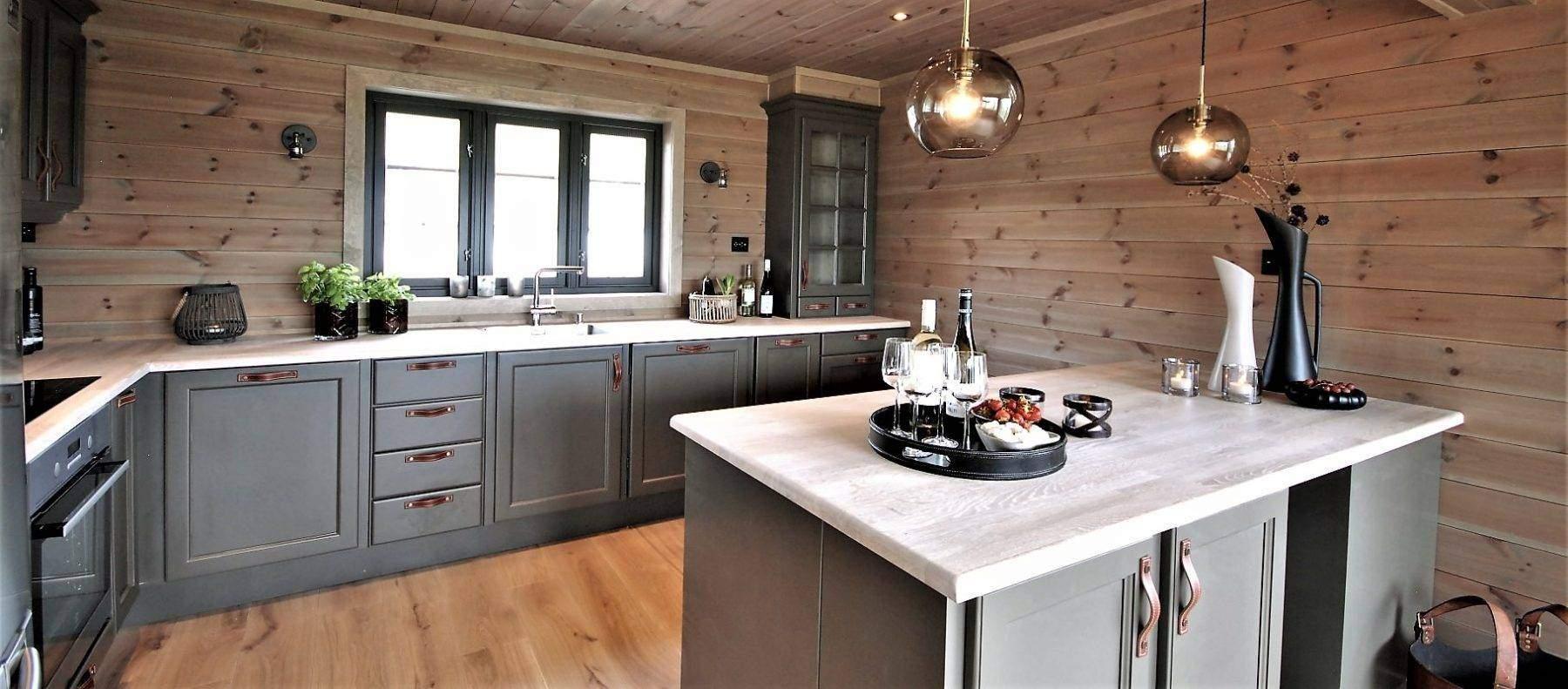 25 Hyttemodell Høgevarde 127. Romslig kjøkken med benkeskap mot spisestua