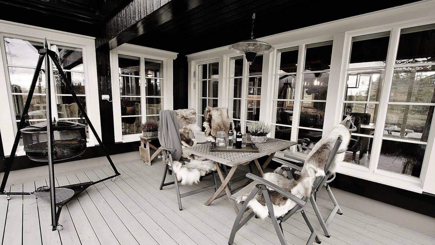 264 Hyttemodell Hytte Stryn 92 Veggli. Lun terrasse ut fra spisestua på utsiktsiden