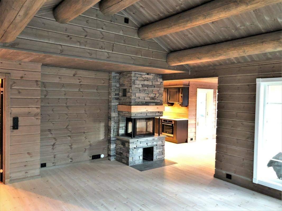 28 Hyttemodell Hytte Stryn 101 Oppdal – Ildsted plassert med innsyn fra både spisestua og stua