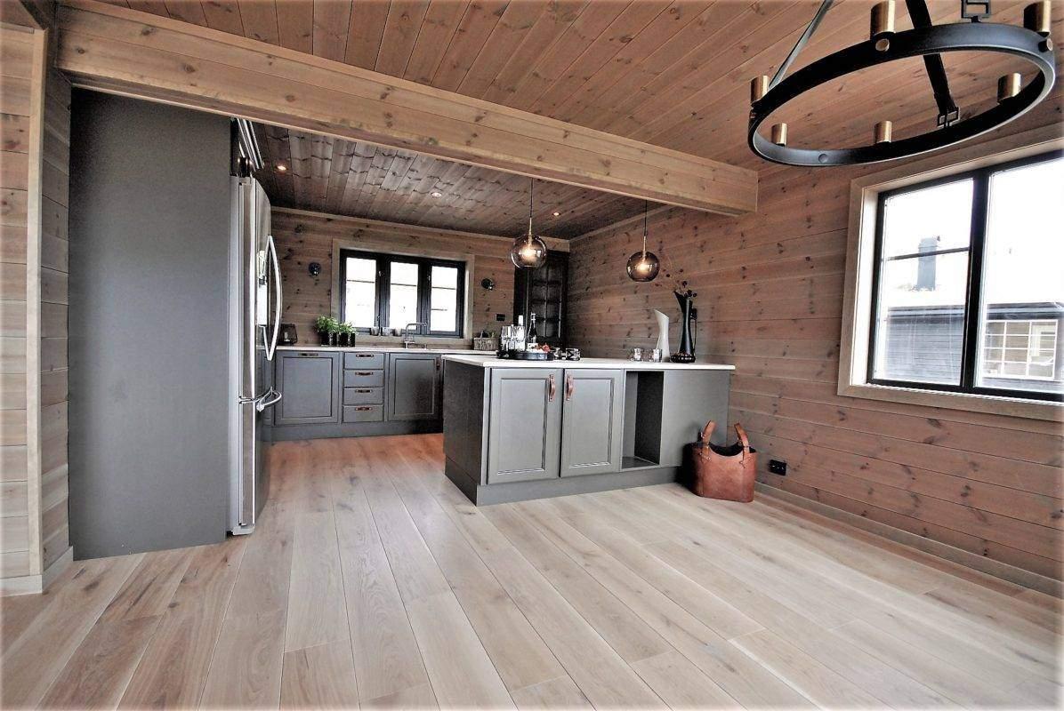 296 Hyttemodell Høgevarde 127. Spisestua og kjøkken