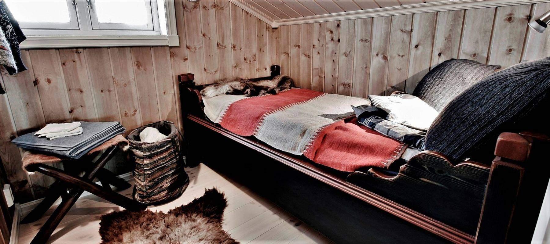 316 Hytte Rondeslottet 95 på Vaset. Koselig soverom i loftetasjen med skuveseng