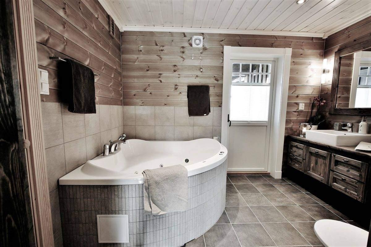 340 Hyttemodell Trysil 110A-2 Hovedbad med badstue, badekar og dør ut til overbygd terrasse