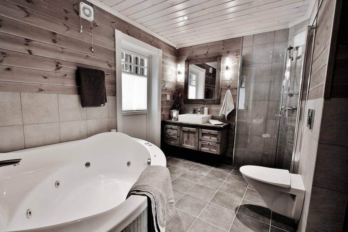 342 Hyttemodell Trysil 110A-2 Hovedbad med badstue, badekar og dør ut til overbygd terrasse