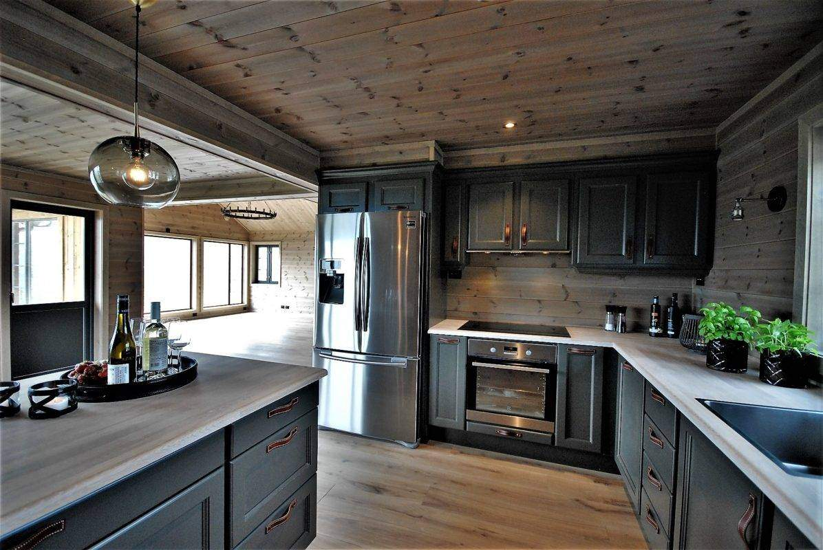 360 Hyttemodell Høgevarde 127. Åpent kjøkken mot spiseplass og stua.