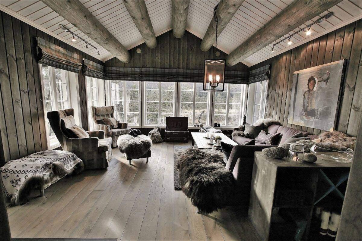 50 Hyttemodell Hytte Stryn 92 Veggli. Romslig stue med skråtakhimmel og rustikke takåser.