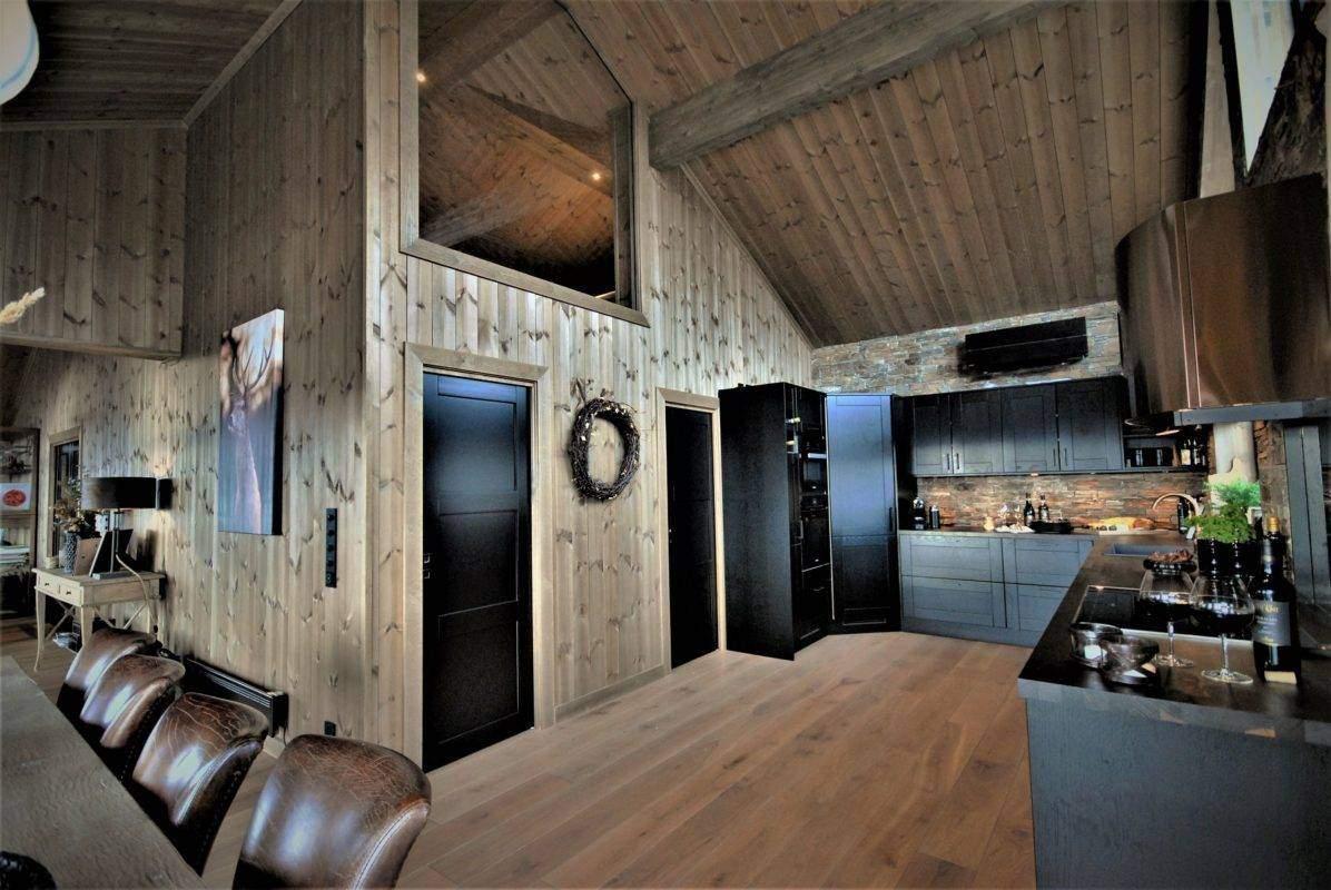 50 Hyttemodell Uvdal 145 kjøkken med dør inn til TV stue og bod