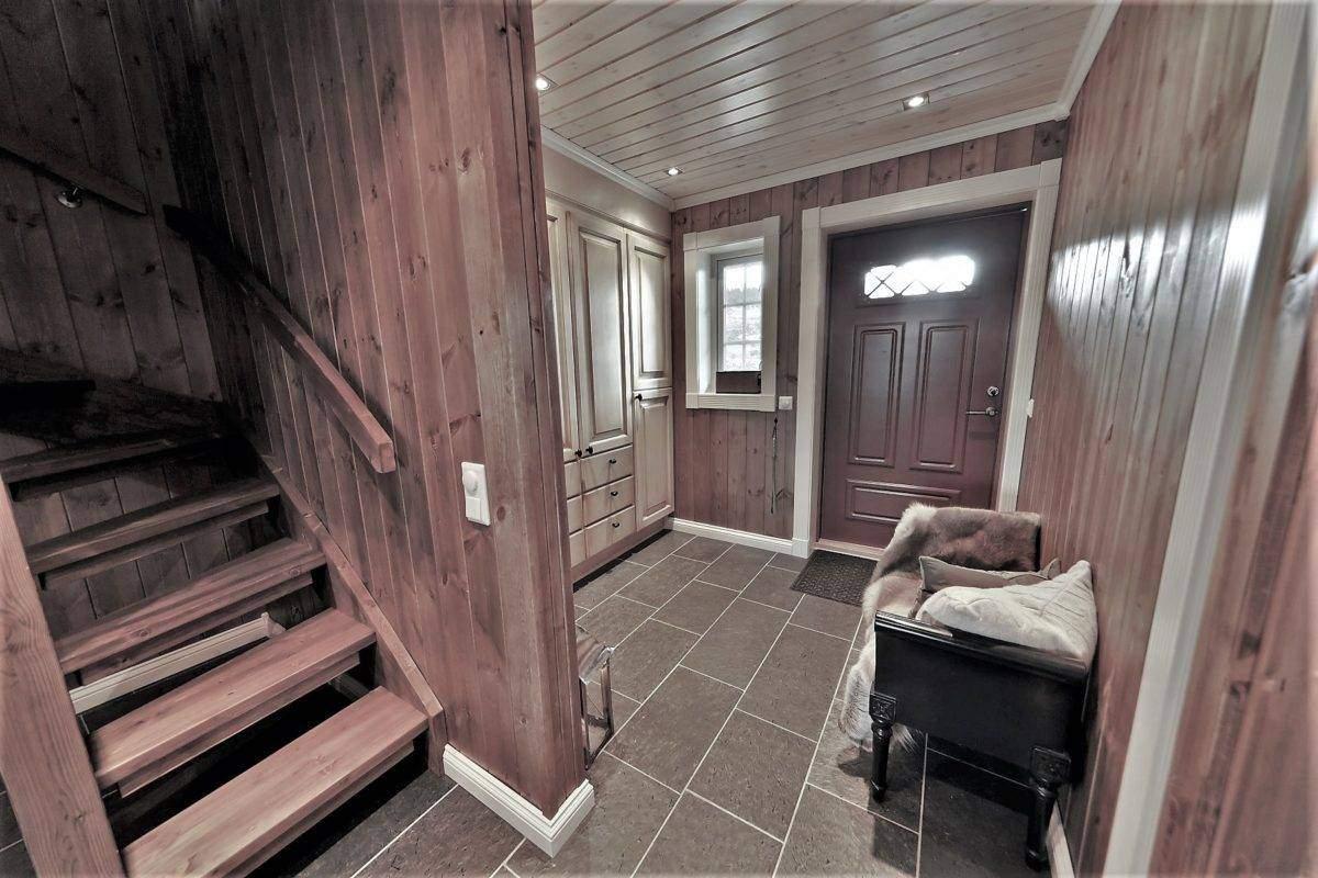 510 Hytteinspirasjon, Hytteinteriør Hafjell 138 . Entré og hall og trappeoppgang til loftsetasjen