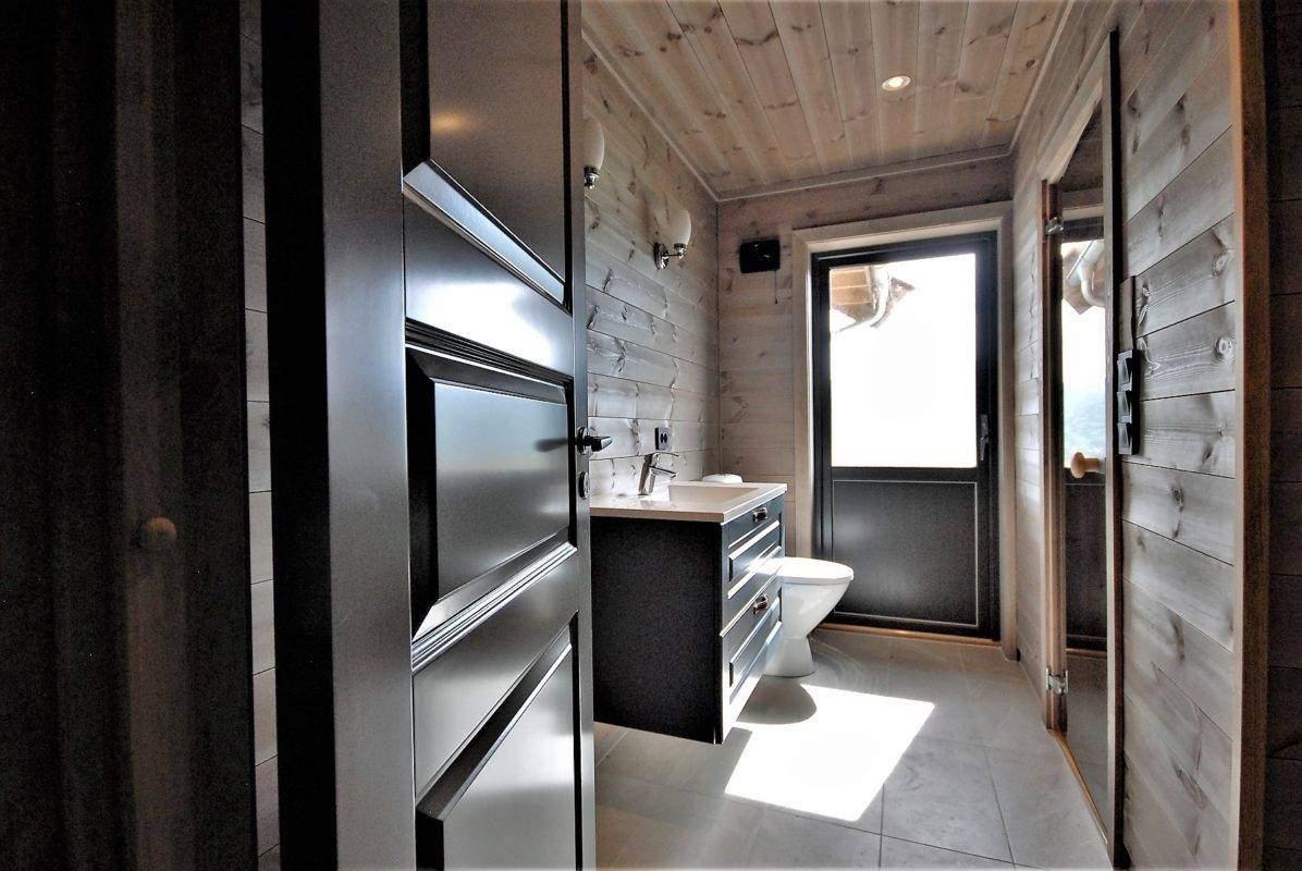 520 Hyttemodell Høgevarde 127. Hovedbadet med dør til badstua og balkongdør ut til terrasse