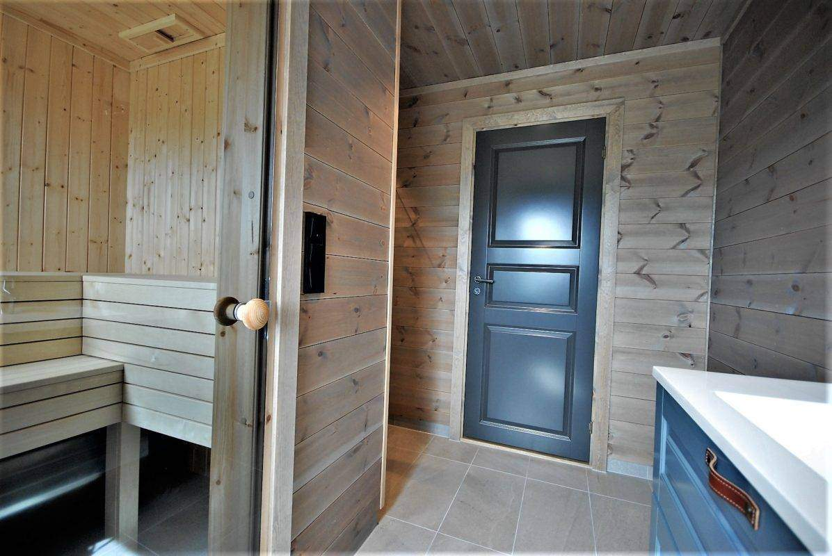 528 Hyttemodell Høgevarde 127. Hovedbadet med badstue og dusjnisje på den ene siden.