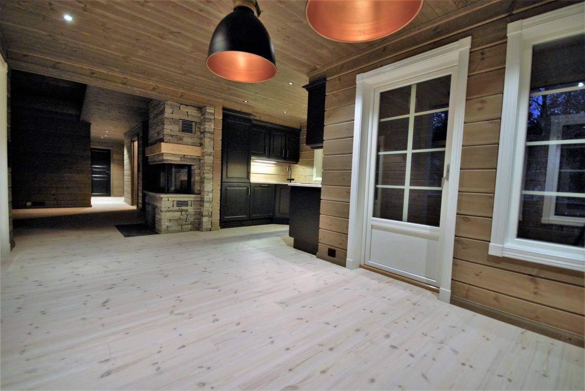 58 Hyttemodell Hytte Stryn 101 Oppdal – Fra spisetua mot kjøkken og stue