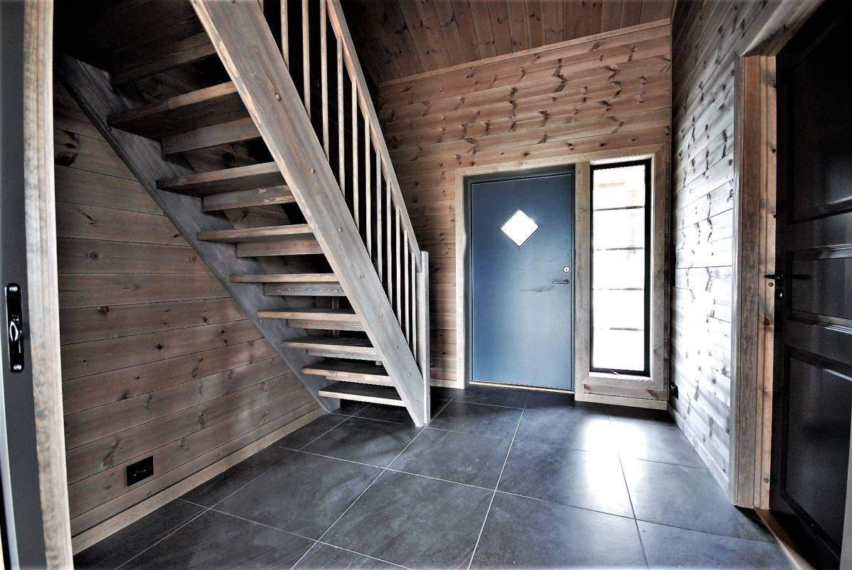 616 Hyttemodell Høgevarde 127. Entréen mot inngangsdør. Trappeoppgang til hems rett ved inngangsdøra.