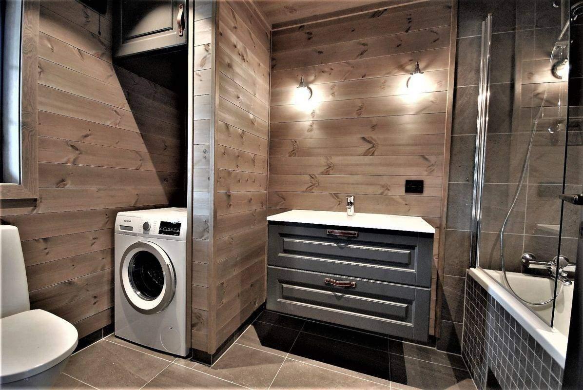630 Hyttemodell Høgevarde 127. Bad-vaskerom med inngang fra entrén.
