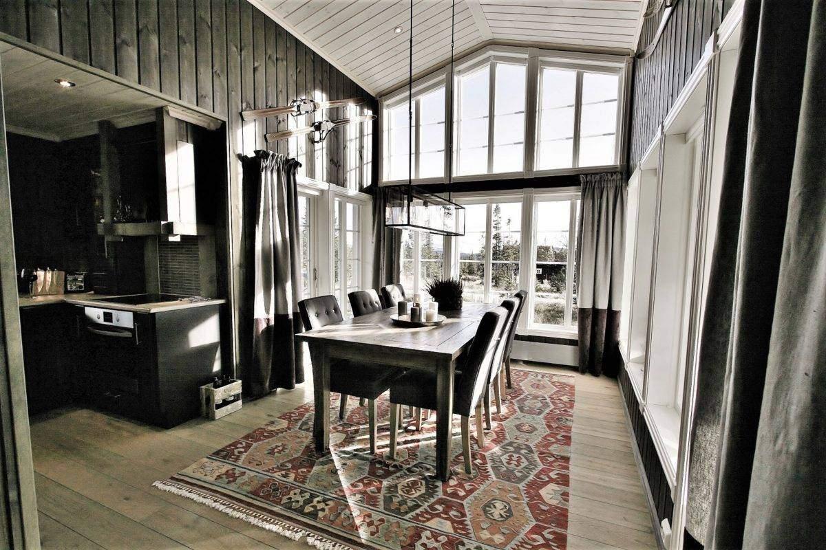 76 Hyttemodell Hytte Stryn 92 Veggli. Høye vegger skrå takhimling i stua og flat tak på kjøkken med fine overganger