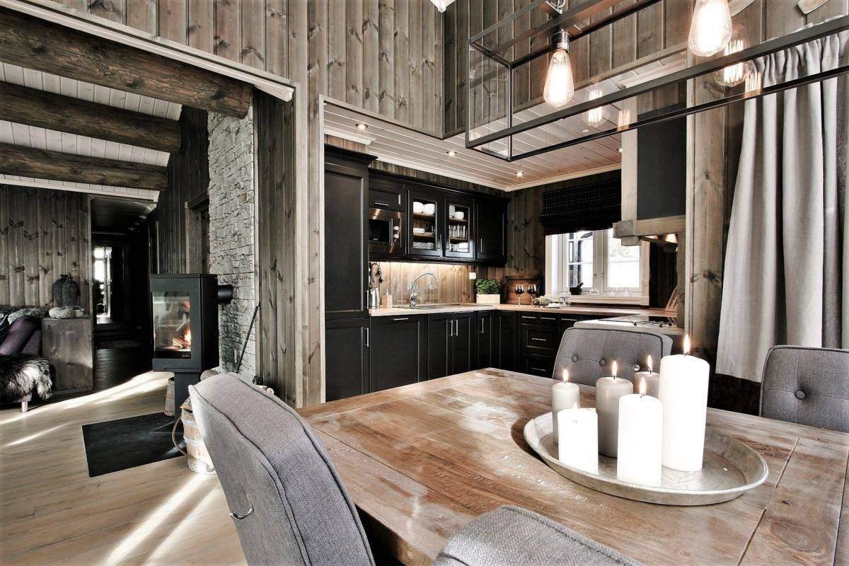 95 Hyttemodell Hytte Stryn 92. Variasjoner i tak- og vegghøyer i stue-spisestue-kjøkken gir hytta et personlig og luksuriøst inntrykk