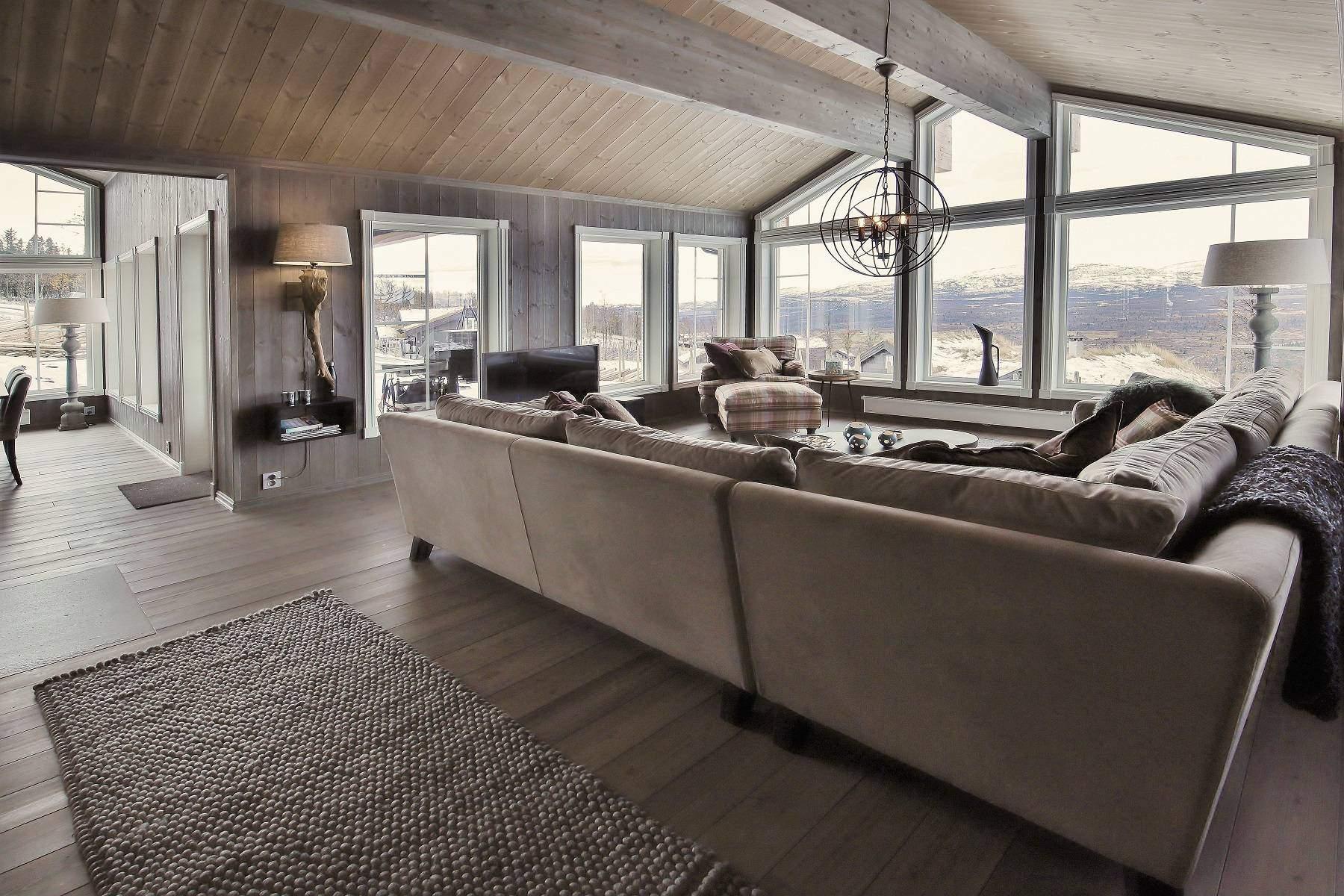 12 Hyttemodell Hytte Strynsfjell 122 Tiurtoppen Hytter. Stue og spisestue med store vinduflater