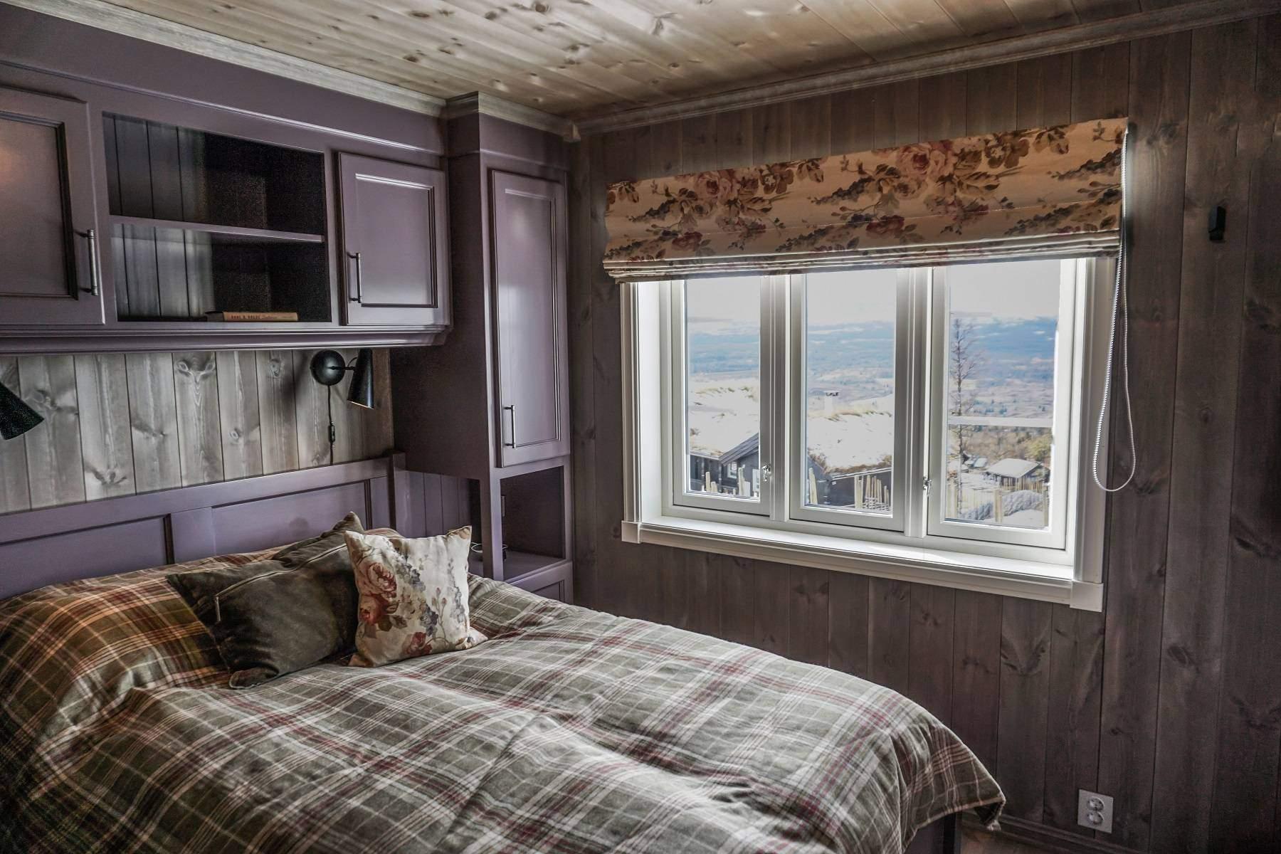 20 Hyttemodell Hytte Strynsfjell 122 Tiurtoppen Hytter. 1 av 4 soverom i hovedplan. Soverom 1 med vinduer mot utsikten