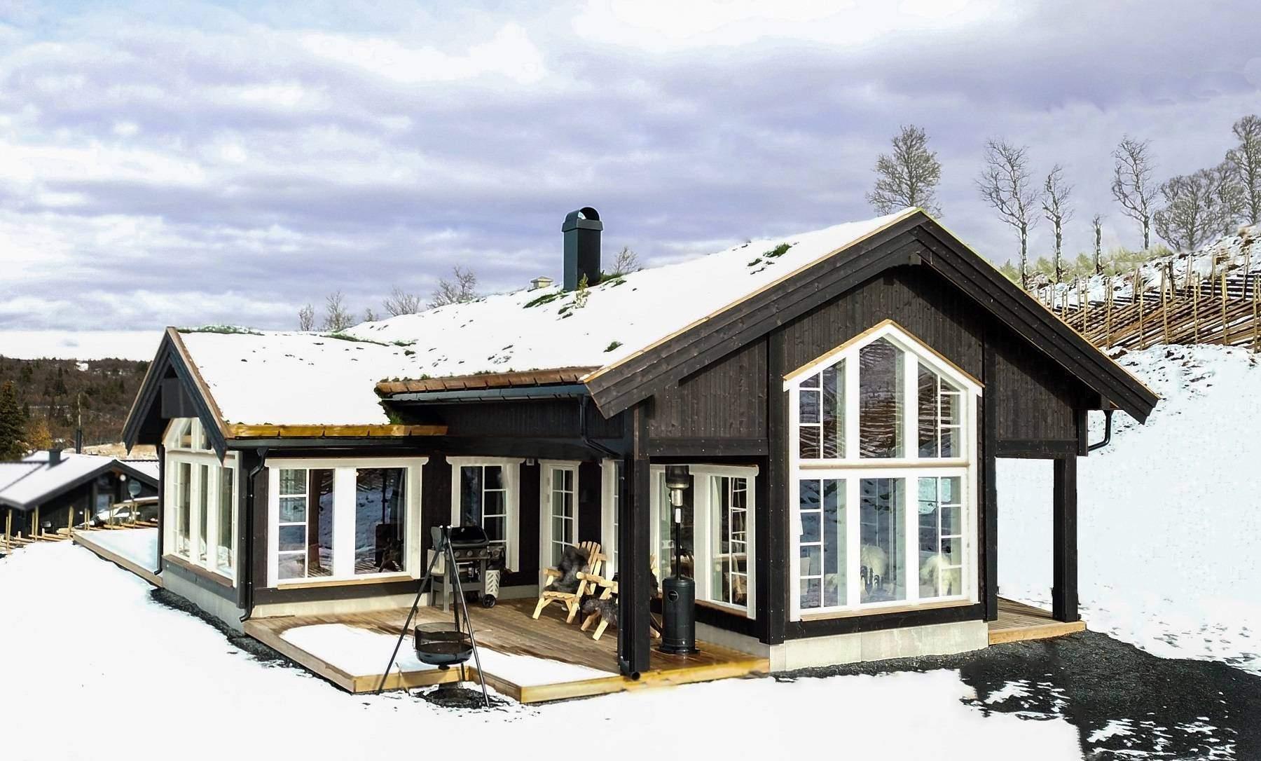 22 Hyttemodell Stryn 122 – Spisestue og stue i koselige vinkler med lune terrasser. Hytteleverandør Tiurtoppen Hytter
