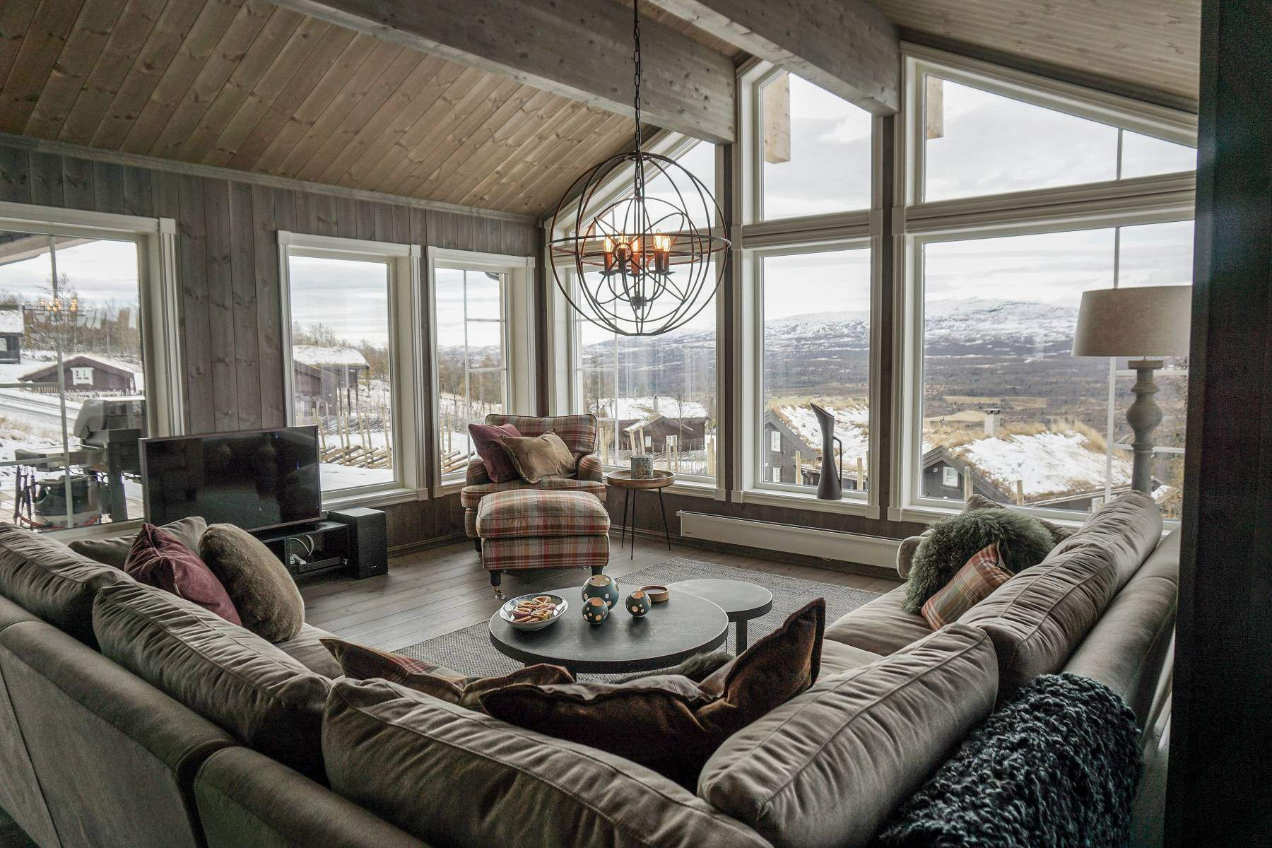 220 Hyttemodell Hytte Strynsfjell 122 Tiurtoppen Hytter. Stor og bred stue med panoramavinduer til 3 sider