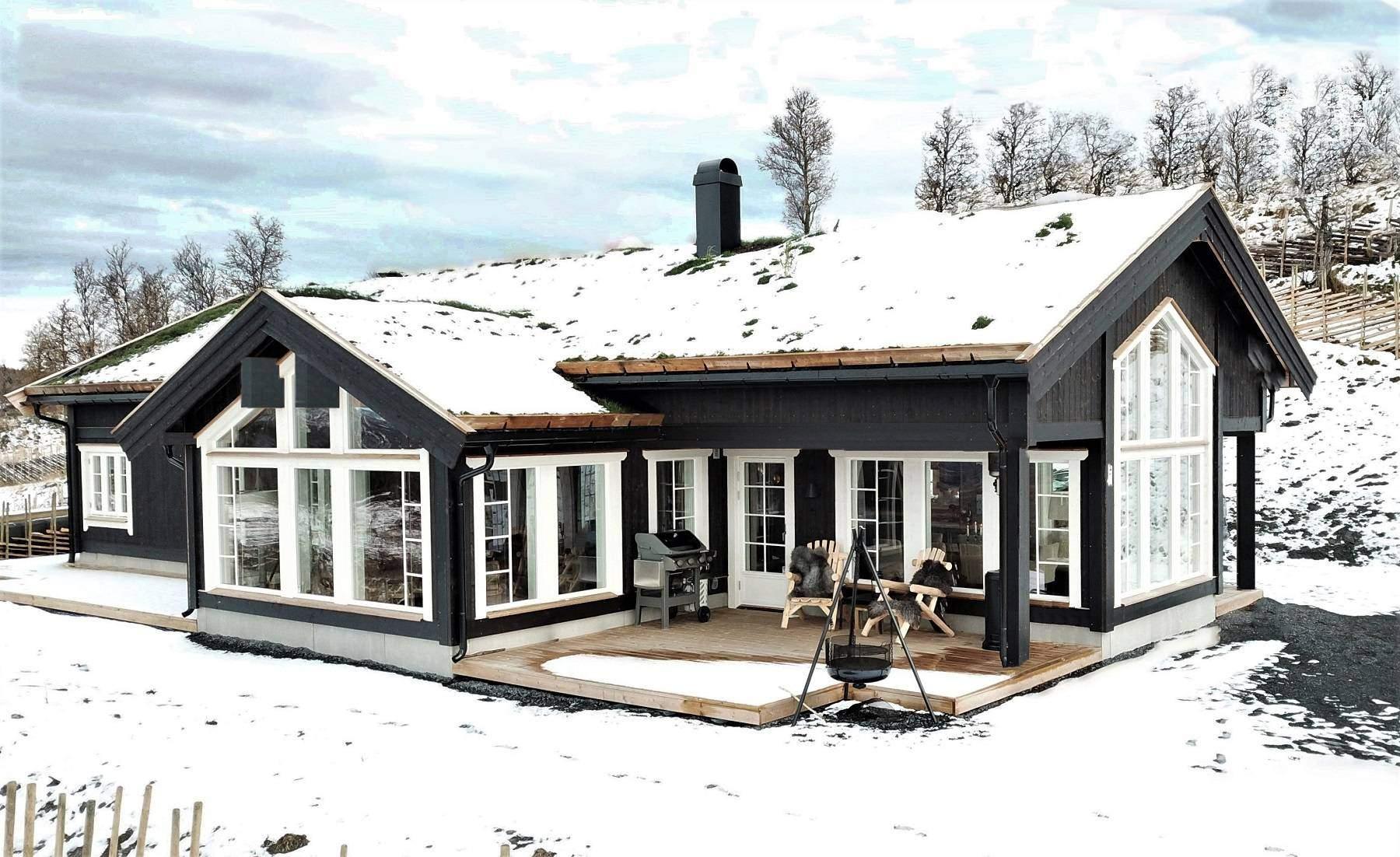 24 Hyttemodell Stryn 122 – Sammenhengende store vindusflater i stua og rundt spisestua – Hytteleverandør Tiurtoppen Hytter