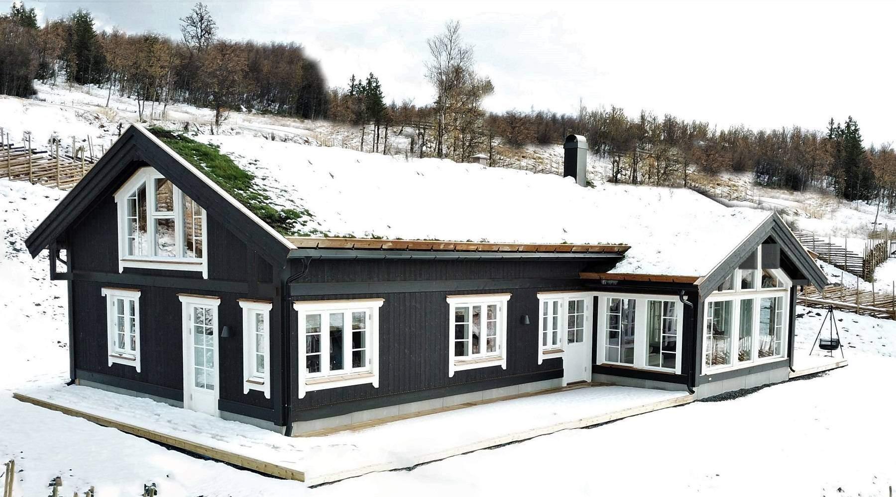 27 Hyttemodell Stryn 122 – Stor hems på over ene langsiden med store vindusflater – Hytteleverandør Tiurtoppen Hytter
