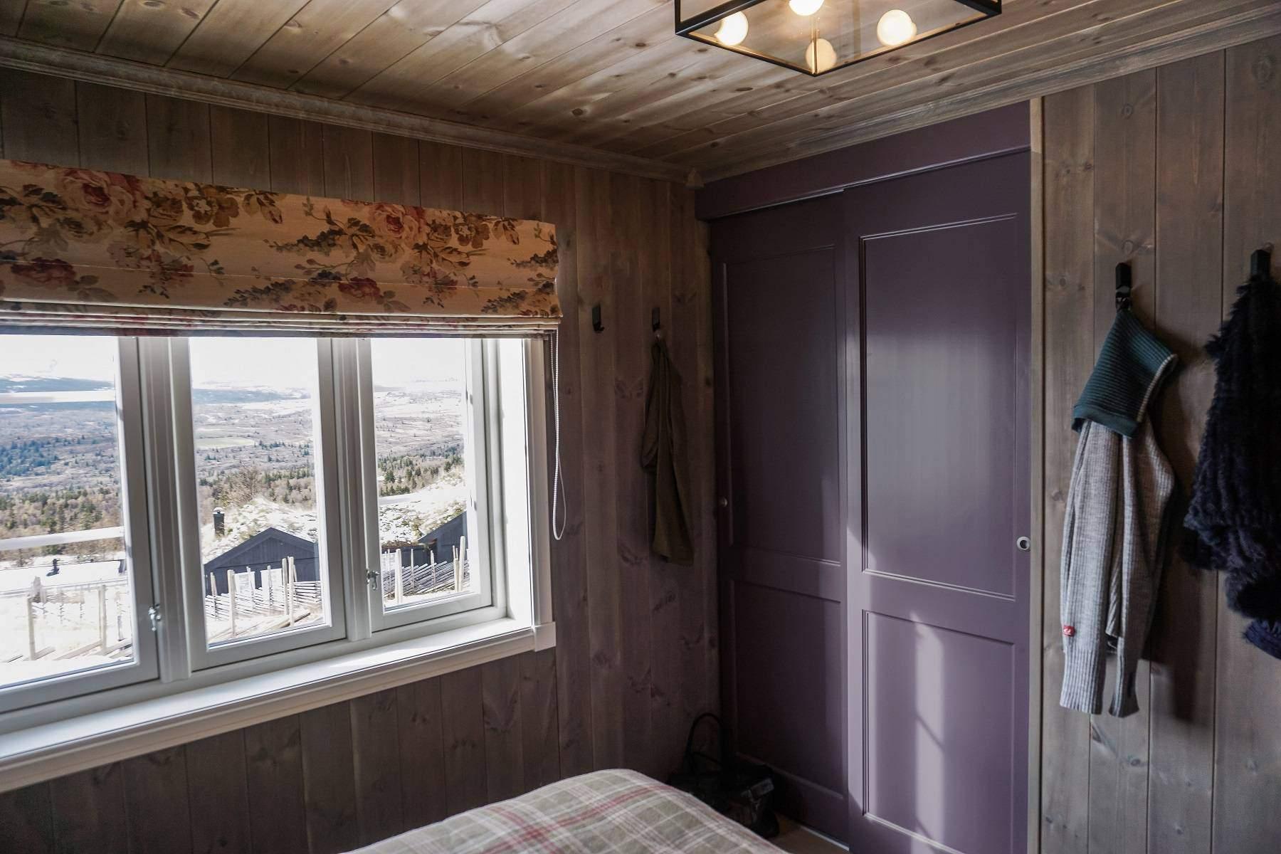 410 Hyttemodell Hytte Strynsfjell 122 Tiurtoppen Hytter. Soverom nr 1 med praktisk garderobenisje