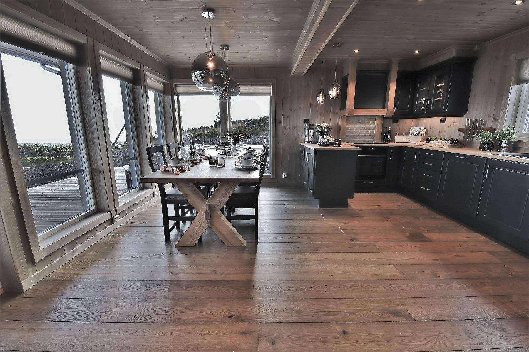 103 Hytteinteriør Hytteinspirasjon Storjuvtinden 114 på Nesbyen. Stor og åpen spiseplass og kjøkken med vidsyn til fjellnaturen.