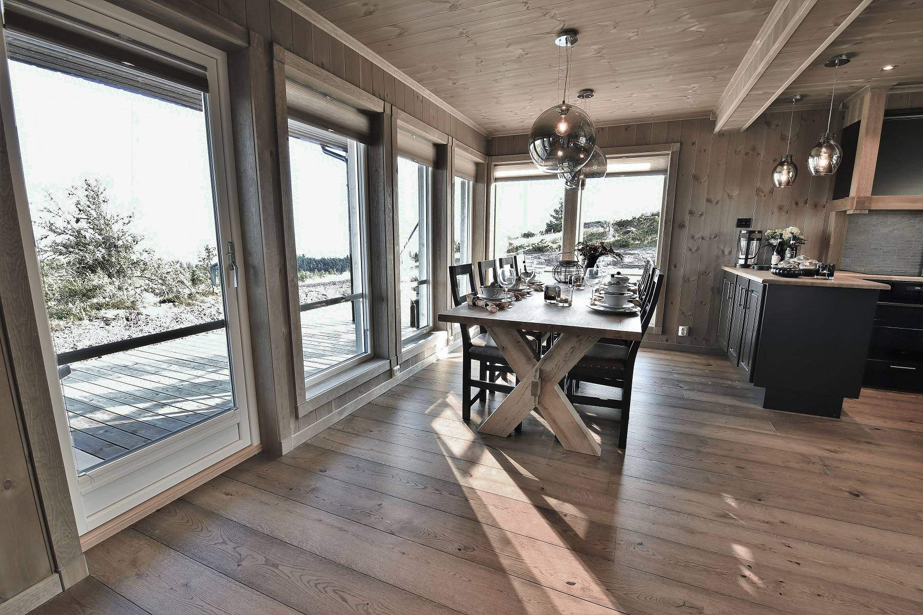 180 Hytteinteriør Hytteinspirasjon Storjuvtinden 114 på Nesbyen. Spiseplass med store åpne vindusflate mot fjell landskapet.