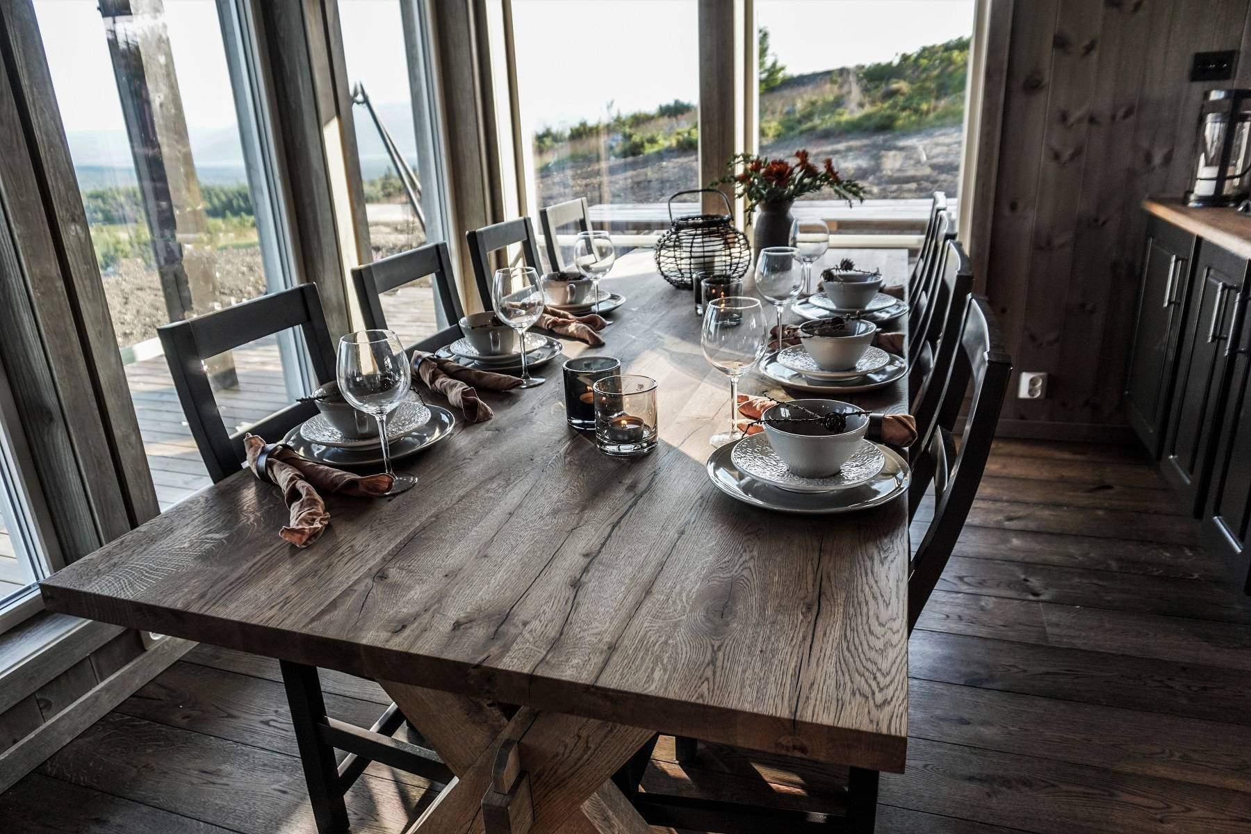 188 Hytteinteriør Hytteinspirasjon Storjuvtinden 114 på Nesbyen.. Spisebord i rustikk vild-eik fra DBM