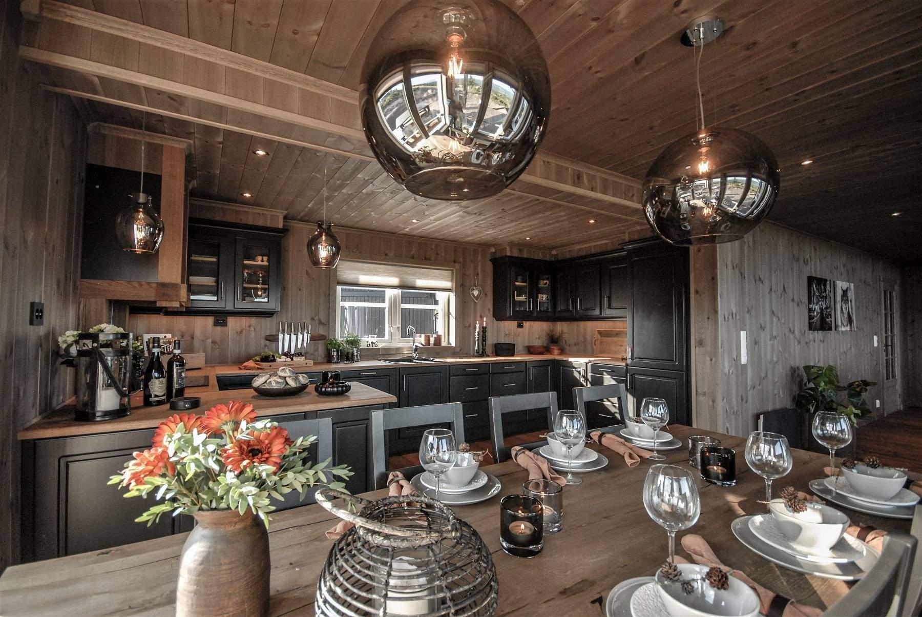 192 Hytteinteriør Hytteinspirasjon Storjuvtinden 114 på Nesbyen. Spisebordet dekket med gyldne høstfarger