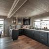 210 Hytteinteriør Hytteinspirasjon Storjuvtinden 114 på Nesbyen. Spiseplass og kjøkken i åpen løsning med avlastningbenk mot spisebordet