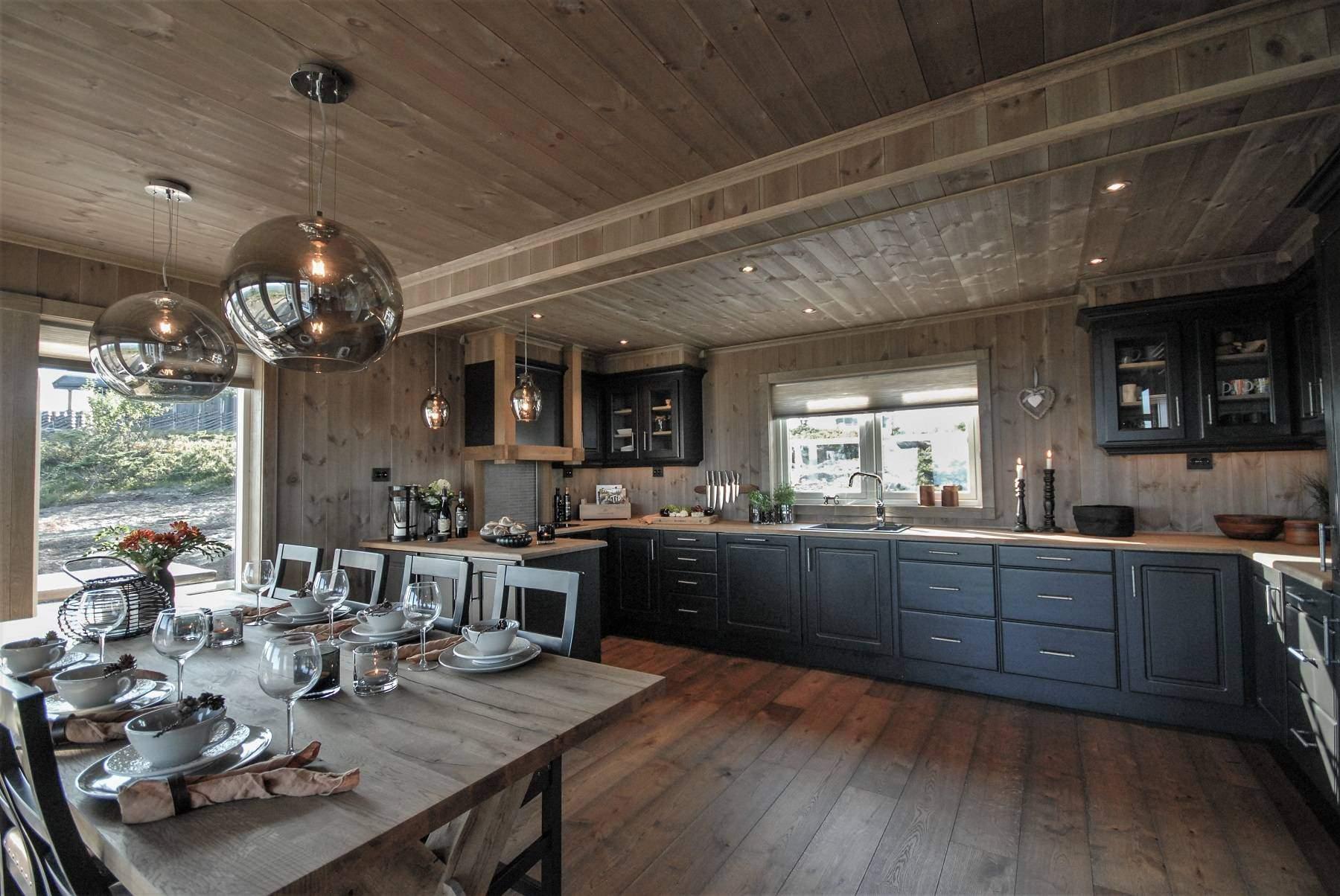 211 Hytteinteriør Hytteinspirasjon Storjuvtinden 114 på Nesbyen. Kjøkken med masse benkeplass
