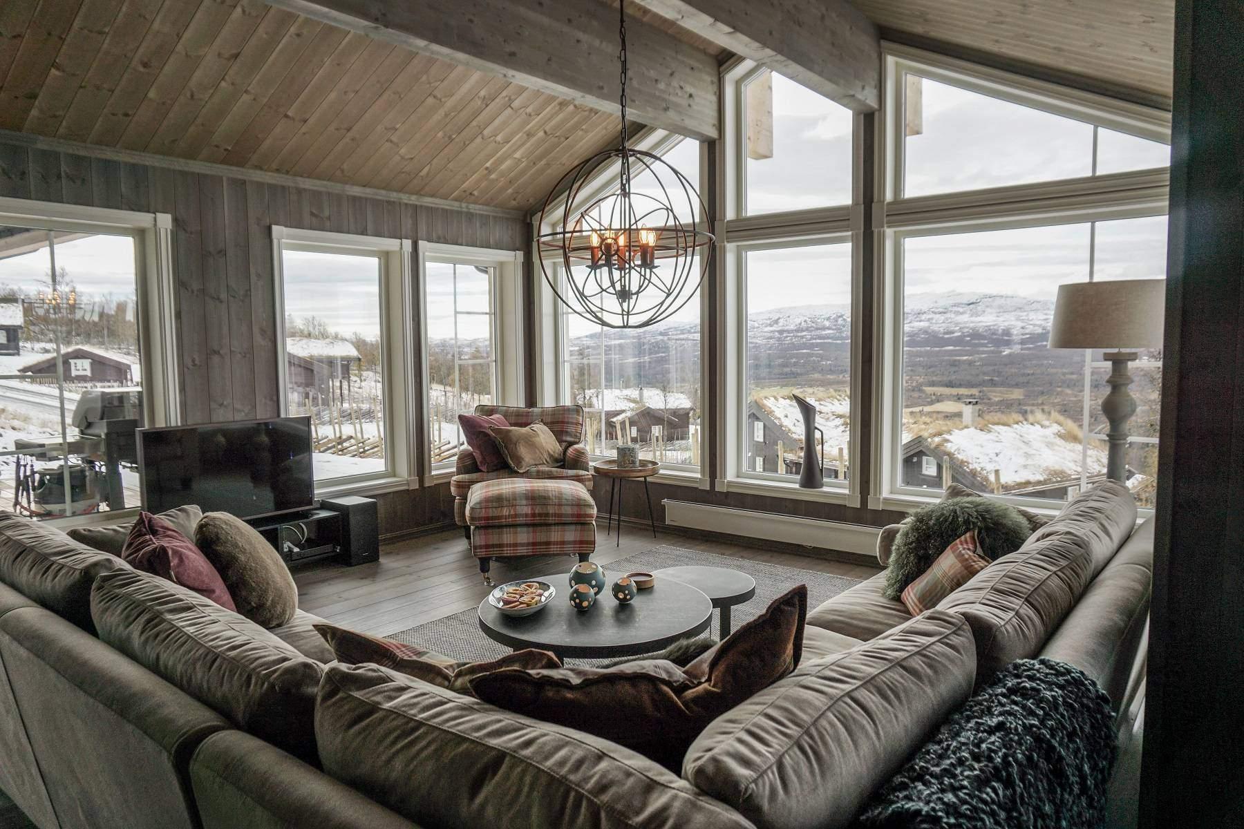 220 Hytteinteriør Hytteinspirasjon Strynsfjell 122 på Høyset Panorama Vaset. Stor og bred stue med panoramavinduer til 3 sider