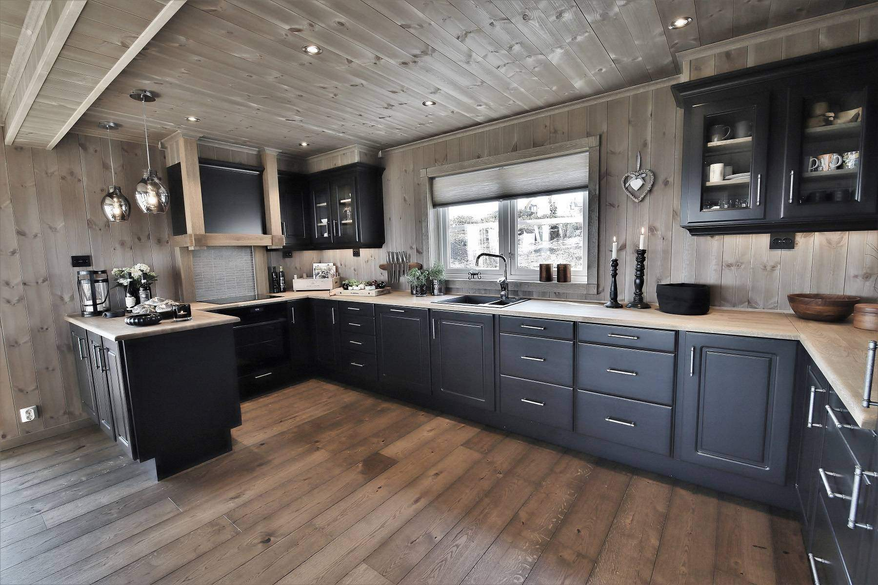 236 Hytteinteriør Hytteinspirasjon Storjuvtinden 114 på Nesbyen. Kjøkken fra DBM i varm sortfarge