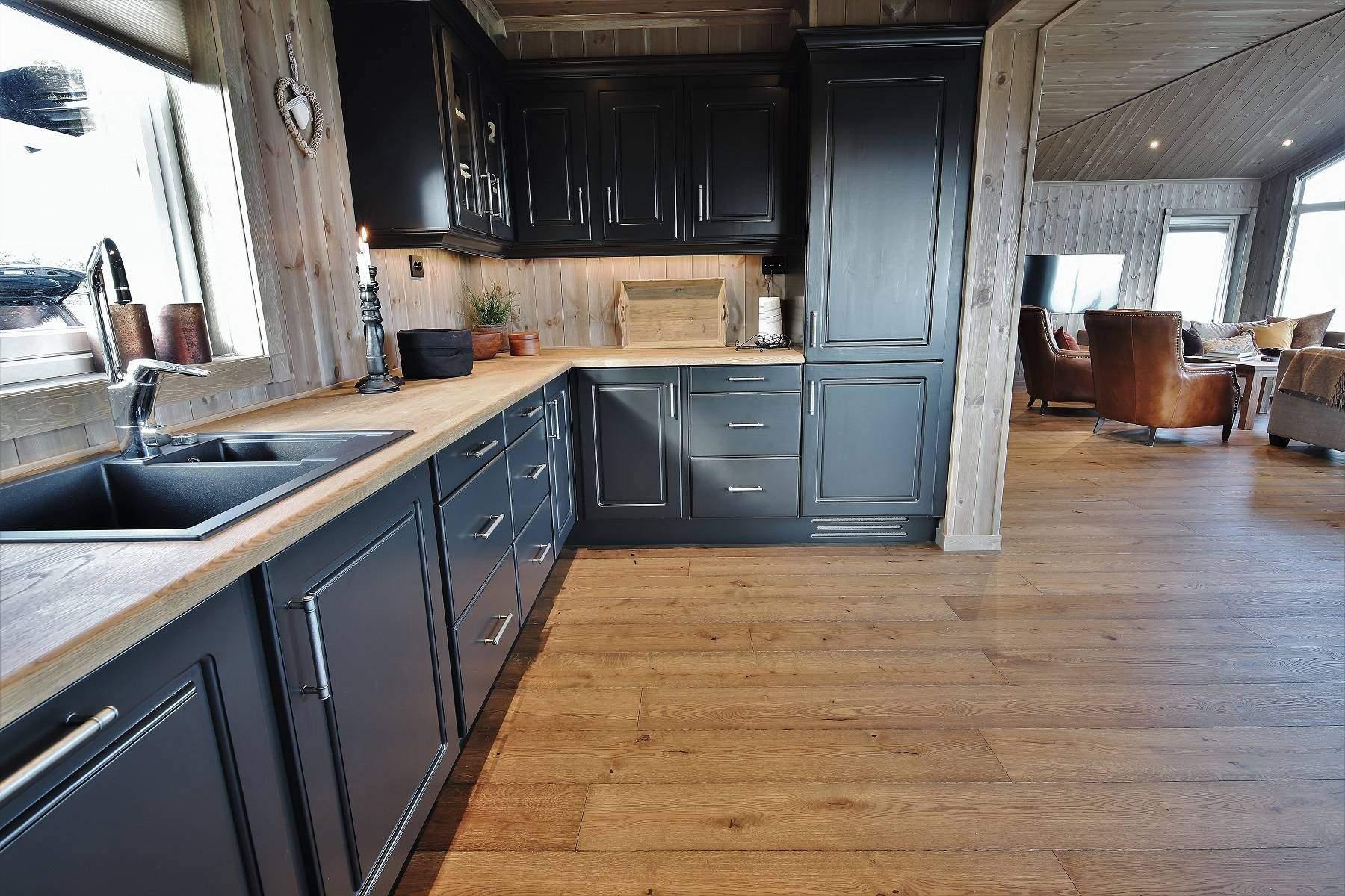 252 Hytteinteriør Hytteinspirasjon Storjuvtinden 114 på Nesbyen. Åpen kontaktflate mellom kjøkken og stue