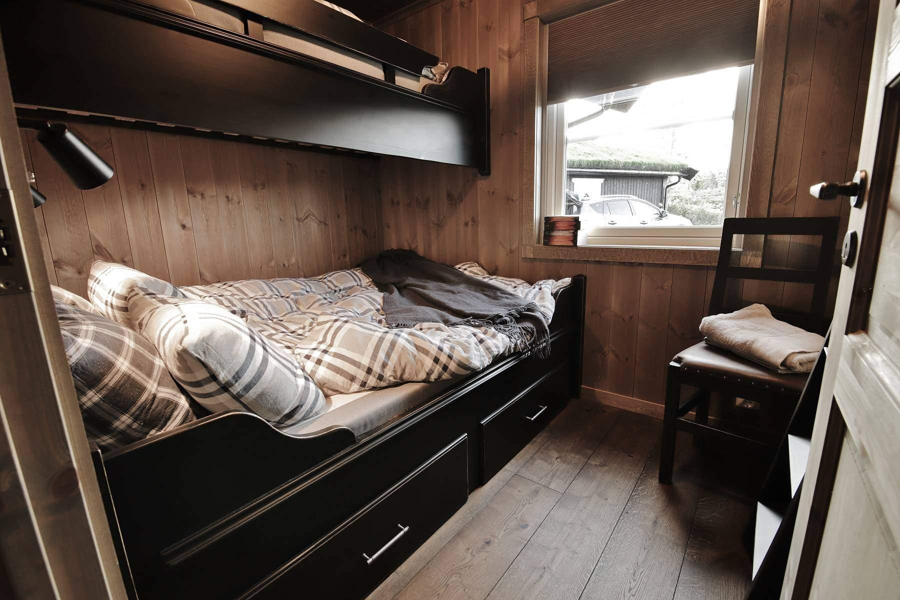 340 Hytteinteriør Hytteinspirasjon Storjuvtinden 114 på Nesbyen. Soverom 2 med Tiutroppen Klassisk familiekøye