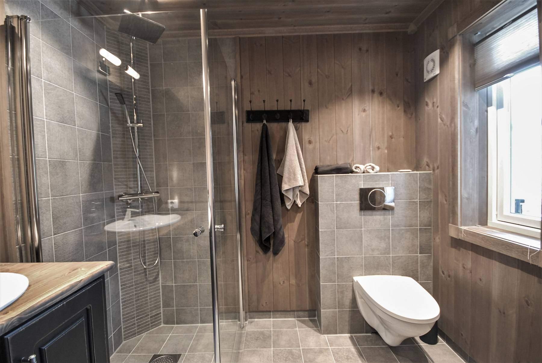 432 Hytteinteriør Hytteinspirasjon Storjuvtinden 114 på Nesbyen. Bad og vaskerom ved entrén og garderoberommet