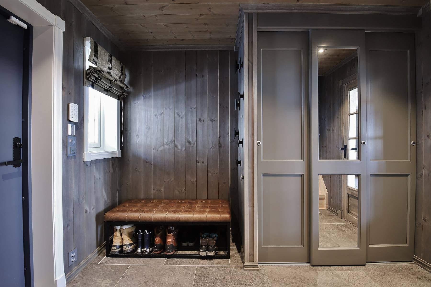 506 Hytteinteriør Hytteinspirasjon Strynsfjell 122 på Høyset Panorama Vaset. Entréen med plassbygd garderobenisje og sitteplass under vinduet