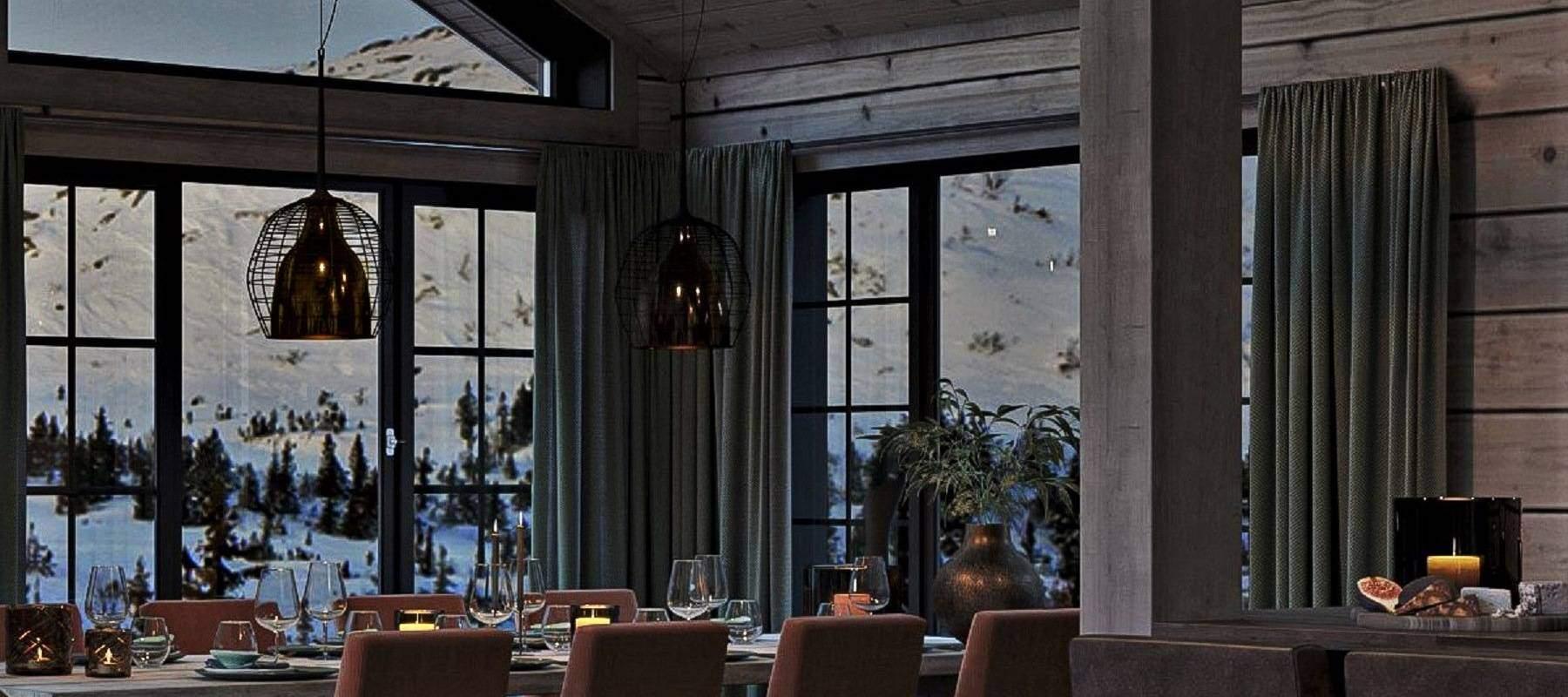 53 Hytte Geilo 155 Spisebordet omrammet med koselige vinduer